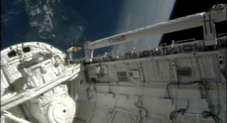 På tilbagerejsen til Kennedy Space Center medbringer Atlantis 2,5 ton affald fra ISS. Landingen ventes at finde sted kl. 11.56 dansk tid og 5.56 Florida-tid.