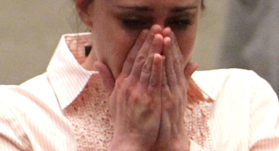 Casey Anthony reagerer på dommer Belvin Perrys besked om, at hun ikke er kendt skyldig i mord på sin datter Caylee.