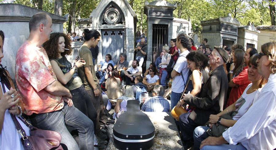 Fans af Jim Morrison strømmer søndag til den kirkegård i Paris, hvor han ligger begravet, for at markere 40-års-dagen for hans død.