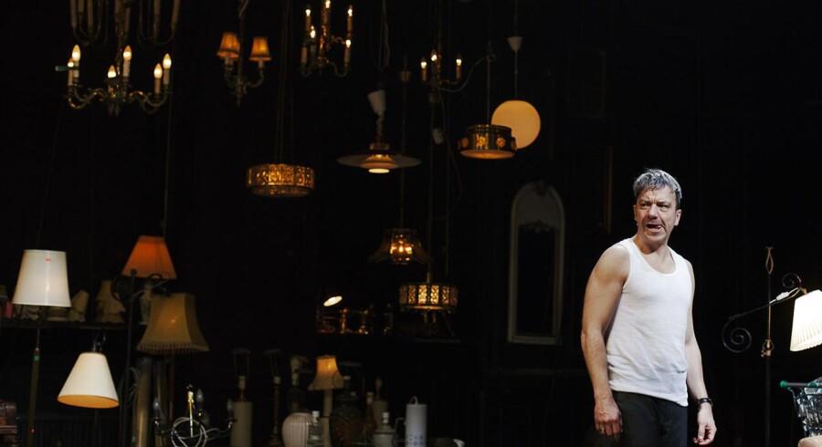En Røde Kors-butik udgør scenografien til forestillingen »Boutique Requiem« på Københavns Musikteater.