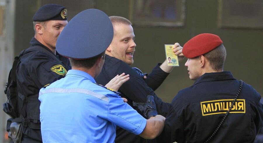 Den svenske diplomat David Emtestam får en hårdhændet behandling af det hviderussiske specialkorps.