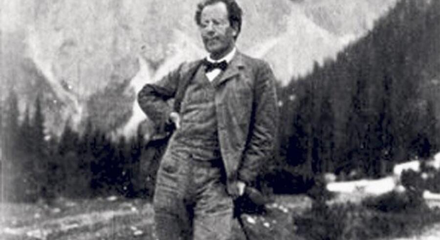 I år er det 100 året for Gustav Mahlers død. Karl Aage Rasmussen har skrevet historien om den lille maniker med det vældige ego.