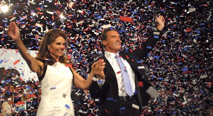 Lykkeligt så det ud, da Arnold Schwarzenegger blev hyldet som guvernør i 2003 med hustruen Maria Shriver ved sin side. Seks år tidligere havde han uden hustruens vidende fået barn med sin stuepige, som da billedet blev taget stadig arbejdede med at gøre rent og lave mad for parret og deres børn.