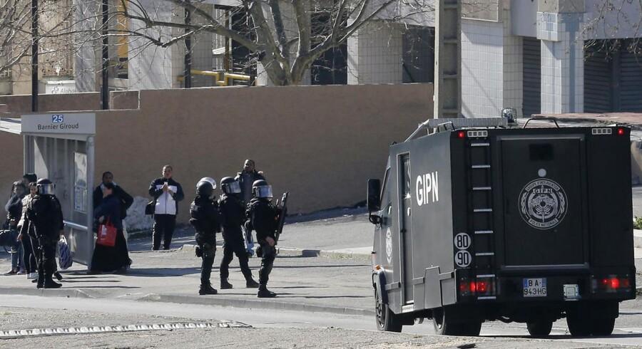 Bevæbnede betjente ses i Marseille, hvor maskerede mænd affyrede skud mod politiet.