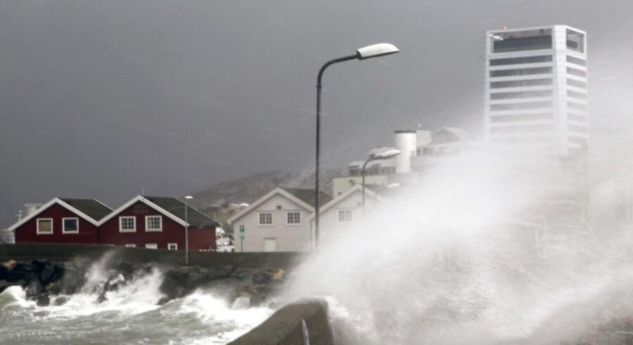 Stormen Ole sender store bølger ind over kajkanten på Bodø i nordnorge.