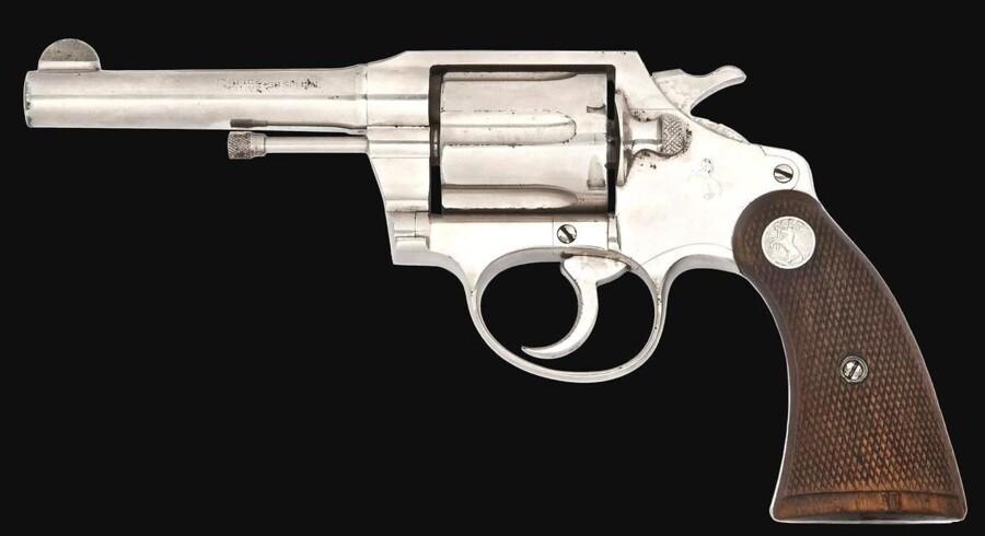Denne Colt-revolver har angiveligt tilhørt gangsteren Al Capone. Nu sætter Christie's revolveren på auktion.
