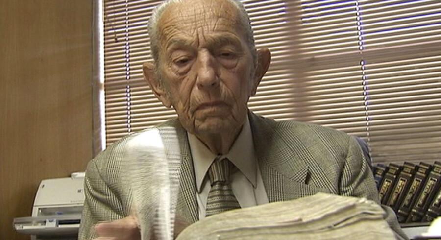 89-årige Harold Camping 89 læser i sin bibel på dette arkivfoto.