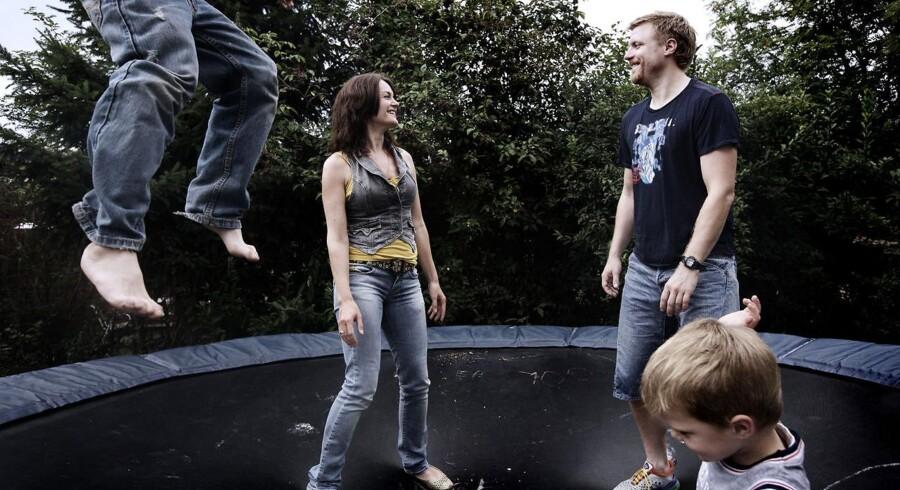 """Familien Mauritson på trampolinen i haven, mens bøgerne om deres """"Kernesunde Familie"""" solgte bedst."""