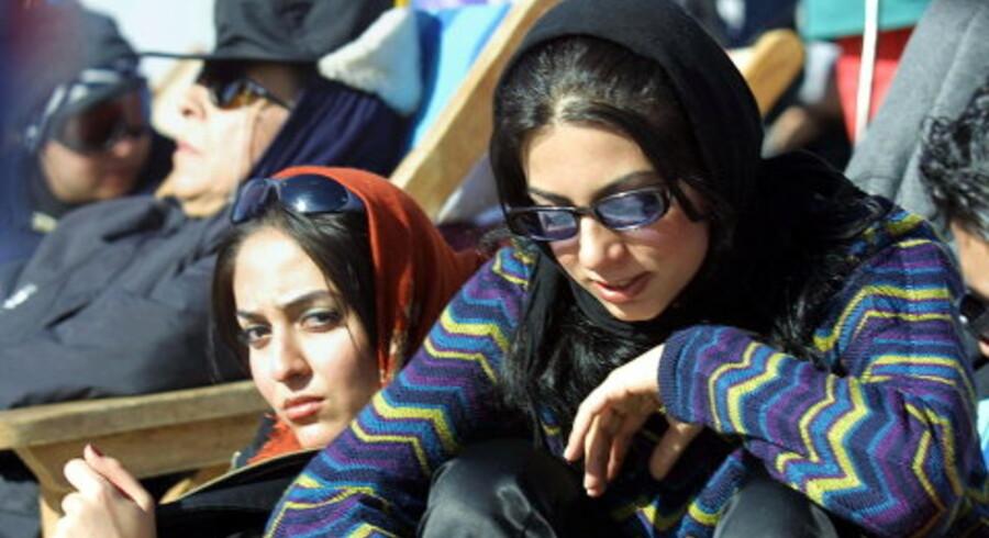 To iranske kvinder foran en restaurant på skisportsstedet Dizin nord for Teheran, der de seneste år har genfundet sin rolle fra før revolutionen som et afslappet feriested for iranere.<br> Foto: Scanpix