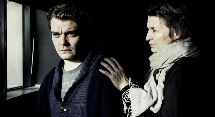 """Pilou Asbæk og Karen Lise Mynster spiller hovedrollerne i Folketeatrets stykke """"Baronessen"""" om venskabet mellem Thorkild Bjørnvig og Karen Blixen."""
