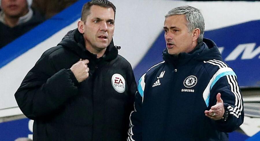 Jose Mourinho i diskussion med fjerde dommeren i tirsdagens Carling Cup kamp.