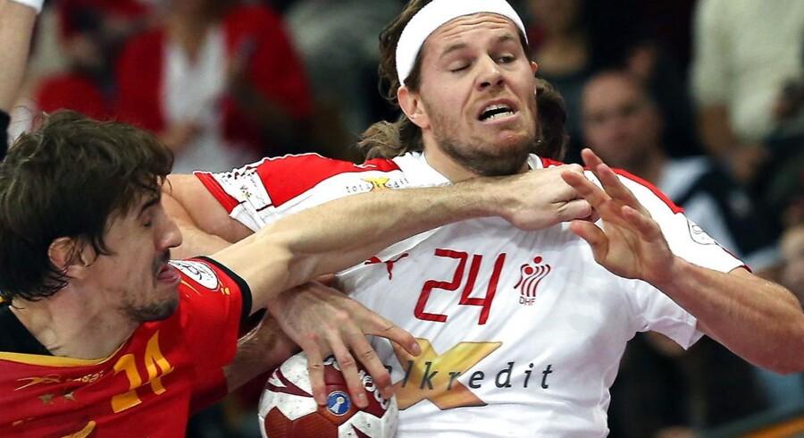 Drømmene om en dansk VM-triumf er definitivt forbi. Danmark tabte marginalt til Spanien med 24-25. Med 25 sekunder igen stod den 24-24, men Spanien var på bolden. De trak tiden helt til absolut sidste øjeblik, og med tre sekunder igen formåede spanierne at score sejrsmålet. Nu skal Danmark ud i placeringskampe om 5. til 8. pladsen.
