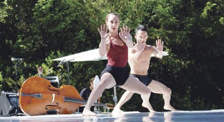 Adi Amit og Luca Marazla i stærk og udtryksfuld duo fra Tim Rushtons 'Enlgma' på festivalen Spring Dance i J.C. Jacobsens have på Carlsberg.