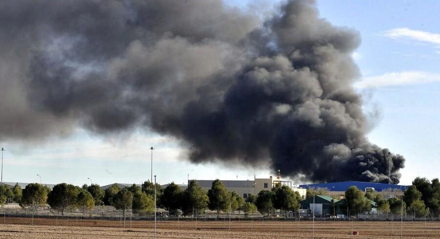 Røgen stiger til vejrs efter et F-16 fly i dag styrtede ned nær en NATO-base ved Albacete i Spanien.