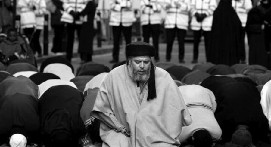 Abu Hamza leder bønnen uden for moskeen i Finsbury Park. Hamza blev på grund af sin verbale støtte til terrorangrebene 11. september forvist fra moskeen sidste år og har siden prædiket under åben himmel for sine fortrinsvis unge og frustrerede tilhængere. <br>Foto: Toby Melville/Reuters