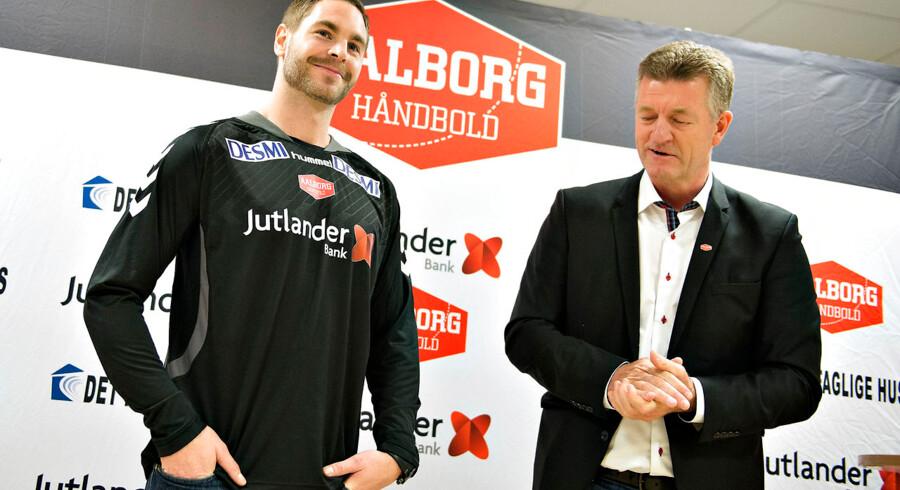 Aalborg Håndbold præsenterede søndag formiddag deres nye målmand i Gigantium i Aalborg. Det blev den 28-årige svensker , Andreas Palicka, der til sommer afløser Ole Erevik. Palicka kommer fra den tyske storklub THW Kiel, hvor han har været i syv sæsoner. Her ses han med formand Jan Larsen.