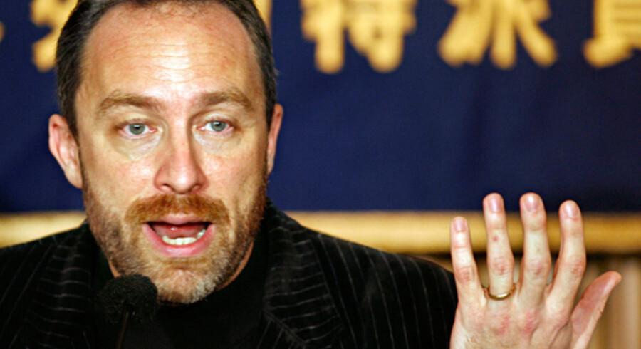 Jimmy Wales, grundlægger af Wikipedia, overvejer nu at begrænse brugernes adgang til at skrive artikler, som ellers har været udgangspunktet for den populære online-encyklopædi.