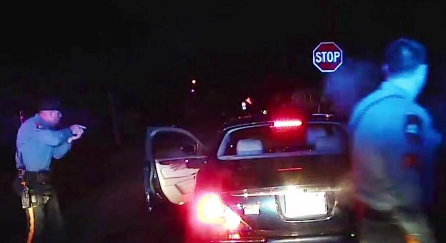 Optagelserne viser episoden, hvor Jerame Reid blev skudt. Forinden var han tilsyneladende blevet advaret om, at han ville blive dræbt, hvis han forsøgte at komme ud af bilen.