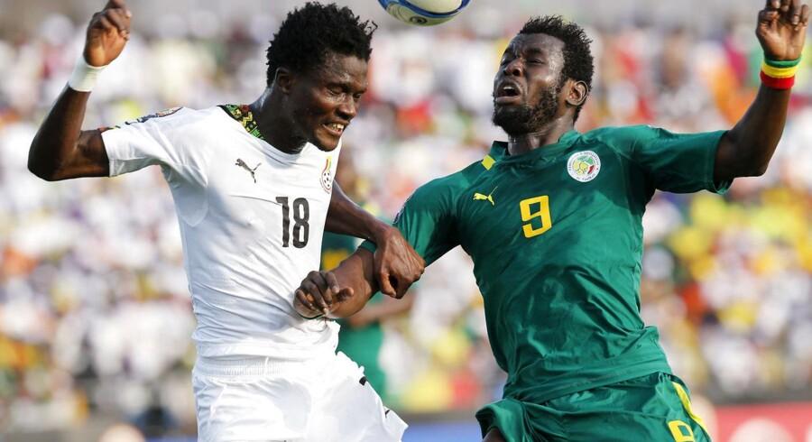 Ghanas og FC Københavns Daniel Amartey i kamp med Senegals målscorer Mame Biram Diouf.