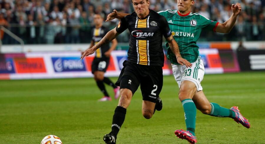 Alexander Scholz i Lokerens sorte og gule trøje i aktion.