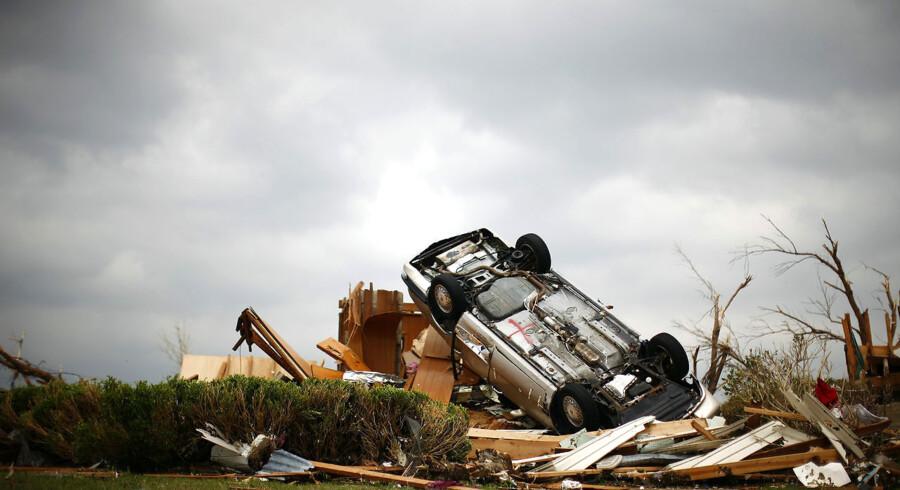 En bil er blæst om på hovedet efter at de værste tornadoer i USAs historie, ramte Joplin, Missouri 24. maj.
