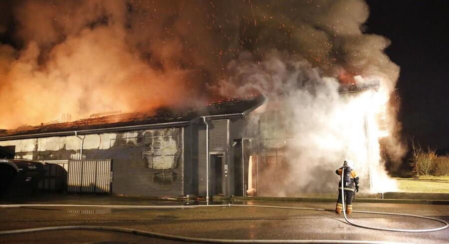 Der gik søndag aften ild i fødevarevirksomheden Aalbæk Specialiteters fabrik i Billund. Her ber brandfolk i gang med at bekæmpe flammerne