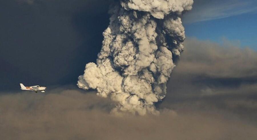 Et lille privatfly flyver forbi Grimsvötn i udbrud.