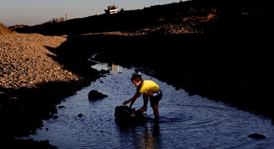 Der er ikke meget sjov i at gå ned til floden længere for børnene, der bor langs med den. Michel vader ud i Khabour få meter før det sted, hvor den før så store flod simpelthen løber tør.