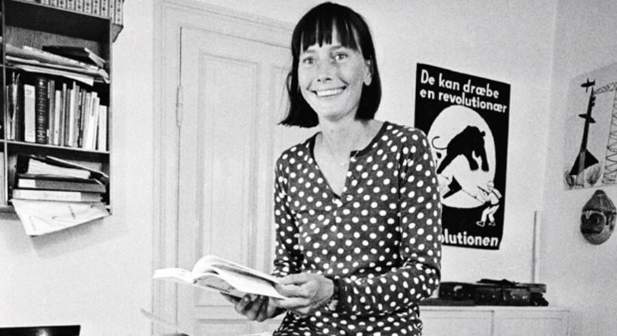Som 29-årig forlod en nyforelsket Tine Bryld sin mand og flyttede sammen med sine to børn ind i Arne Gaardmands lejlighed på Paludan Müllers Vej. Hun blev leder af Dagcenter for stofmisbrugere. På hjemmefronten herskerede snart kaos med hans næsten voksne børn og hendes to små. Den altid raffi Tine Bryld er klædt i en kjole fra Marimekko - der var meget in i de år. På plakaten bag hende står der: »De kan dræbe en revolutionær, men ikke revolutionen«.