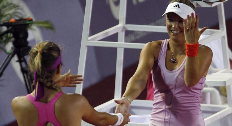 Caroline Wozniacki og Victoria Azarenka dansede med hinanden, da de mødte hinanden i en opvisningskamp i thailandske Hua Hin 1. januar 2012.