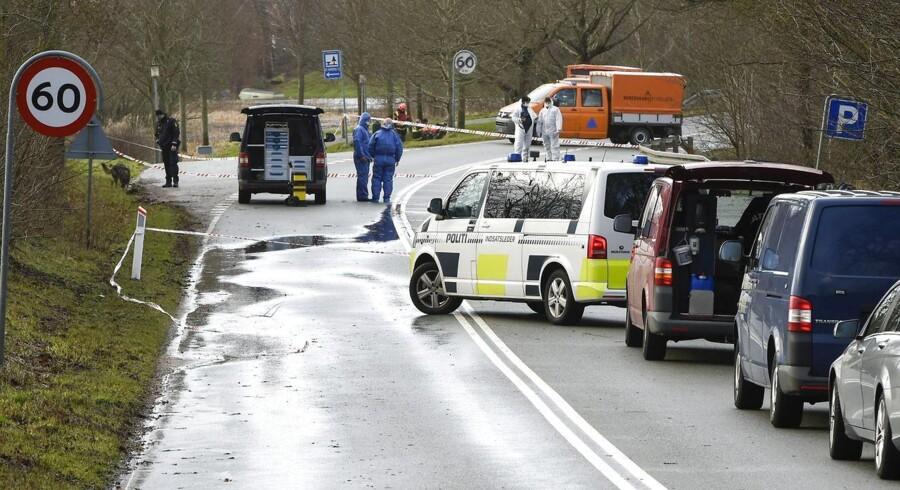 Her politi på stedet hvor et lig lørdag formiddag 10. januar 2015 blev fundet i en sæk ved rastepladsen, Væthvej i Langå.