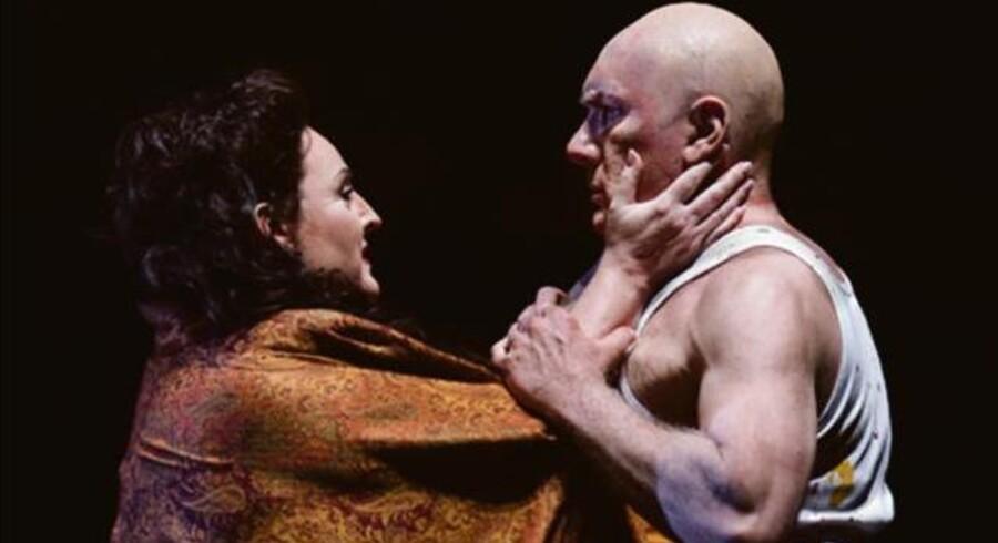 Et umage par: Linda Watson som farverens kone og James Johnson som farveren i »Kvinden uden skygge« på Operaen. Foto: Miklos Szabo
