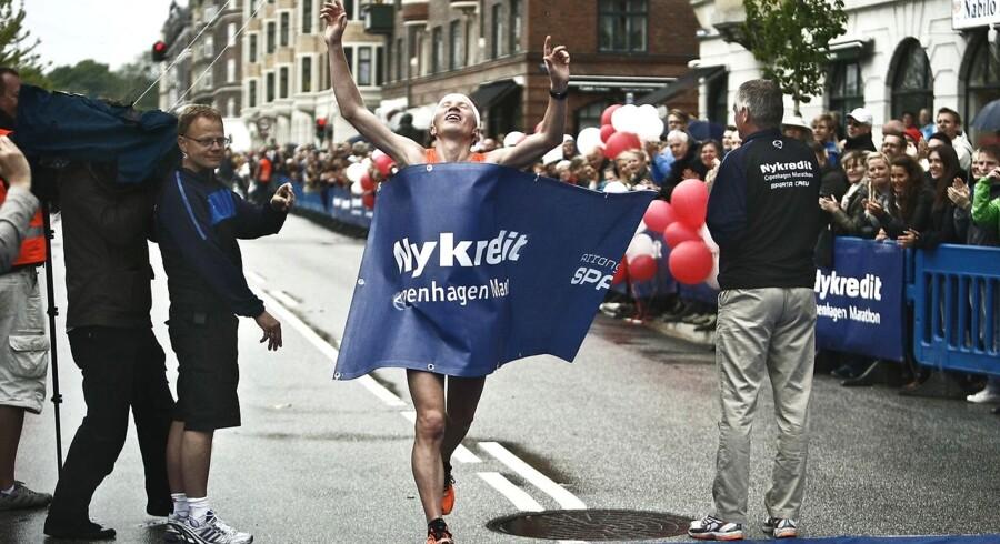 Copenhagen Marathon med omkring 12.000 løbere startede og sluttede på Islands Brygge. Her er vinderen, finske Mårten Botström, som kom ind i tiden 2 timer, 21 minutter og 45 sekunder.