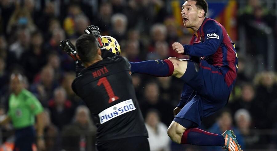 Lionel Messi flyver ind i Atletico Madrid keeper Miguel Angel Moya. Messi både scorede og begik straffespark i 3-1-sejren over Atletico Madrid.