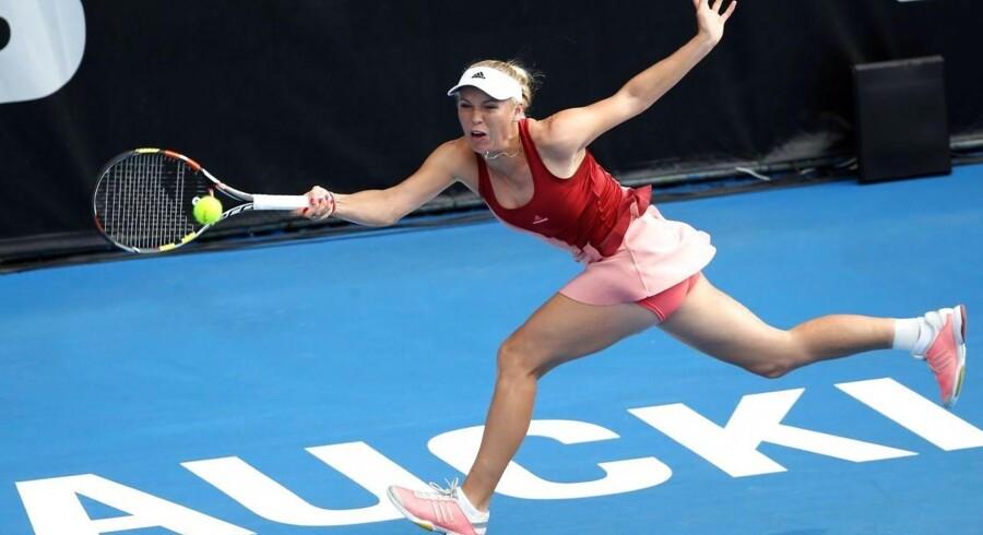 Caroline Wozniacki i aktion i semifinalen ved WTA-turneringen i Auckland på New Zealand mod Barbora Zahlavova Strycova.
