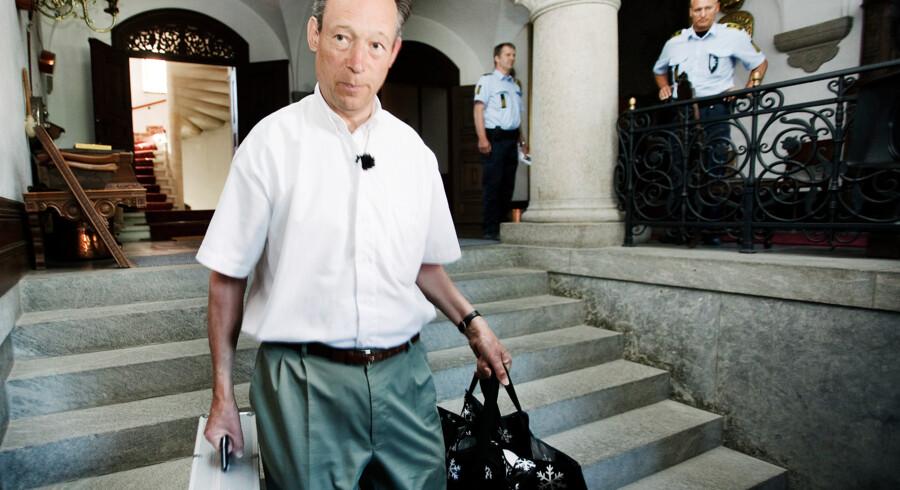 Den 65-årige Erik greve Danneskjold-Samsøe forlader foran Gisselfeld kloster torsdag morgen d.8. juli 2010 ved truslen om at blive sat ud af fogeden og politiet. (Foto: Christian Als/Scanpix 2010)