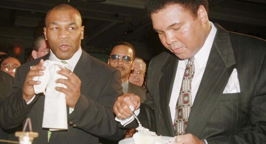 Muhammed Ali (th.) og Mike Tyson (tv.).