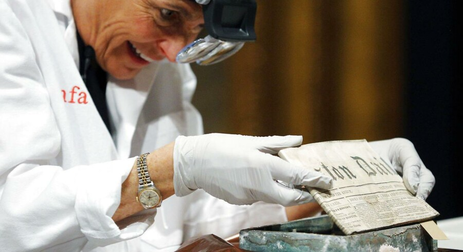 En 220 år gammel tidskapsel, der blev fundet under Massachusett State House i Boston, som er hjemsted for delstatens parlament, er nu blevet åbnet.Man kan ikke undgå at se begejstringen i ansigtet på konservator Pam Hatchfield, da hun åbnede den lille kasse.Læs også: Tidskapsel åbnet efter 220 år