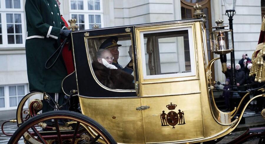 Dronning Margrethe og Prins Henriks årlige karettur fra Amalienborg til Christiansborg.