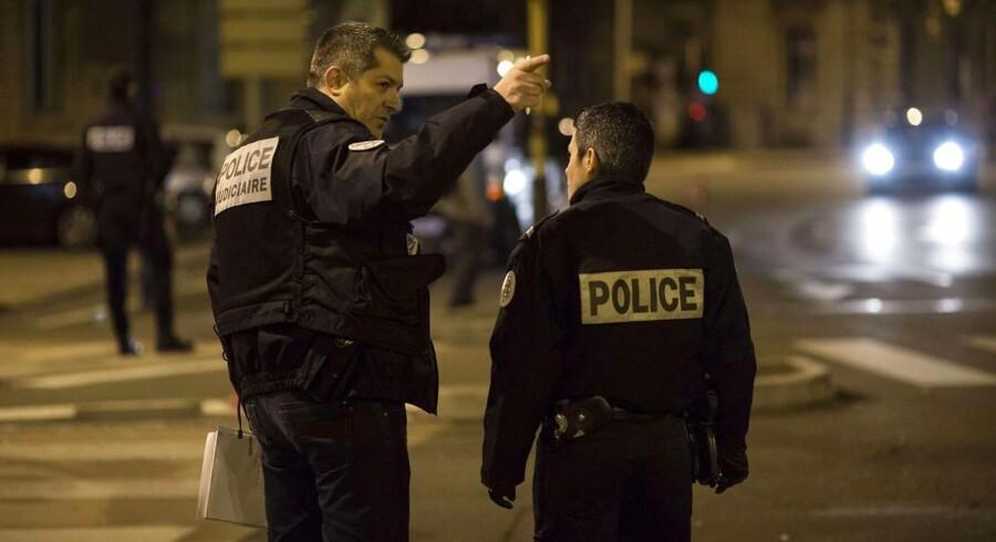En person er død, efter at en bilist pløjede ind i menneskemængde i Frankrig.