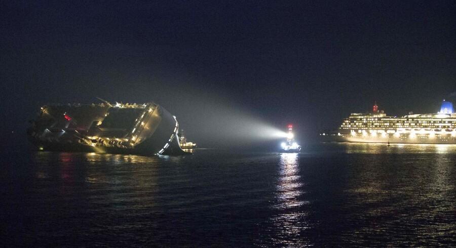 Det 180 meter lange skib »Höegh Osaka« lastet med biler er stødt på grund ud for Southampton. De 28 besætningsmedlemmer er i god behold, og årsagen til uheldet er endnu ukendt.
