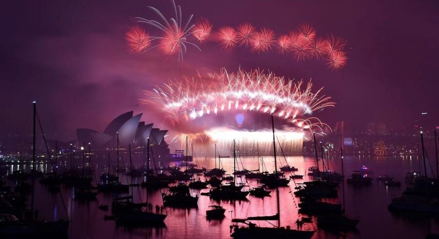 Nytårsaften i Sydney. Fyrværkeri bryder ud, over Operahuset.