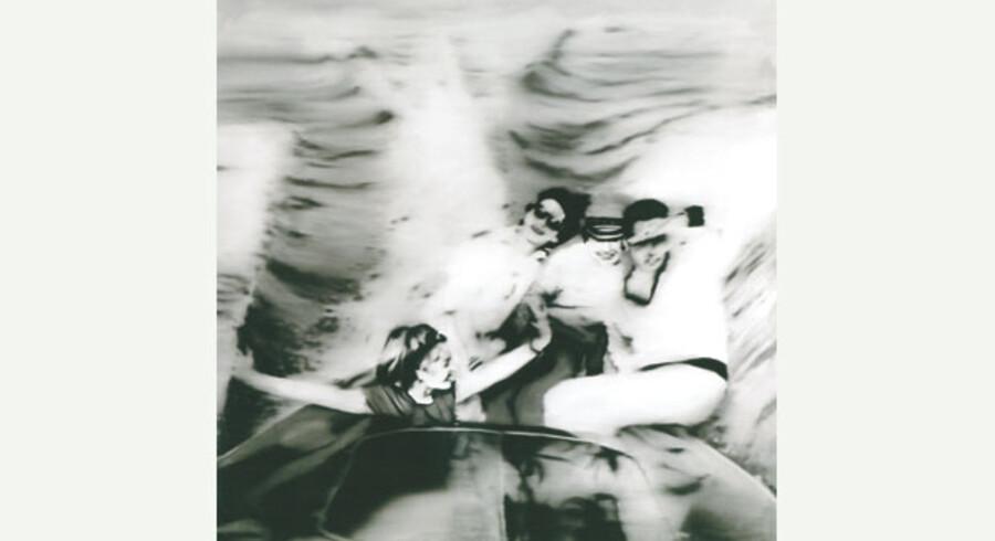 Mange af Gerhard Richters billeder gengiver ugebladsfotografier fra fortællingen om det gode Tyskland, der opstår i 1950erne og 60erne. Maleriet, der er fra 1965, hedder »Motorbåd«, og forlægget til dette uskarpe maleri stammer faktisk fra en reklame for Kodak Instamatic. Udstillingen med den store tyske maler i kunsthallen Bucerius i Hamburg fokuserer på en af Richters mange former for maleri. Det ufokuserede figurative maleri. Udstillingen viser også, at tyske Gerhard Richter arbejdede med maleriske problemstillinger, der i begyndelsen af 1960erne var tankemæssigt beslægtet med Andy Warhol og andre af de amerikanske pop-kunstnere.