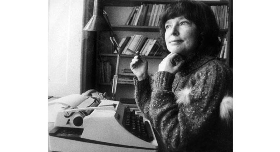 Dorrit Willumsen sammen med Olympia – skrivemaskinen, der har været tredje part i forfatterens ægteskab. Foto