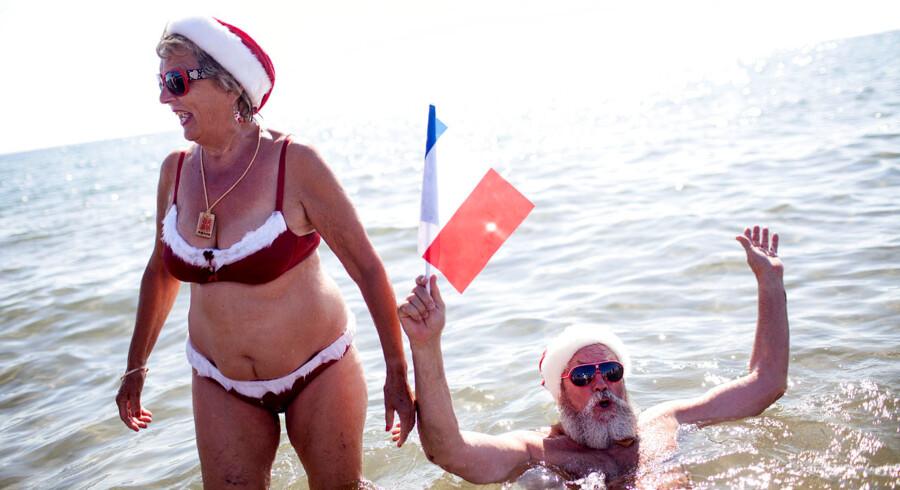 Lene otzen, 68, er sammen med sin mand blevet æresborgere i byen Santa Claus i Virginia, USA. Her ses de til Julemændendes årlige fodbad på Bellevue Strand i forbindelsen med Julemændenes Verdenskongres i København, der afholdes på Dyrehavsbakken.
