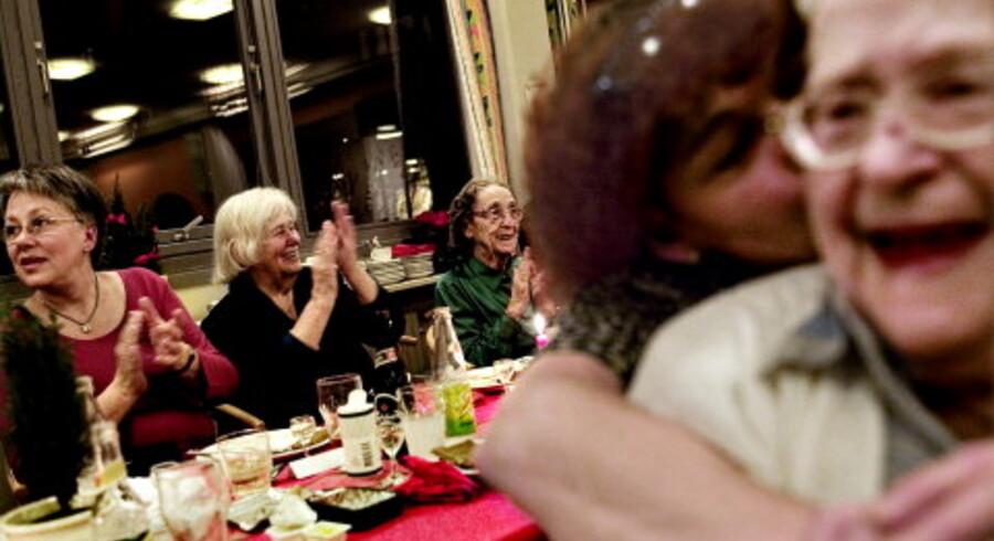 Den årlige julefest på Peder Lykke Centret er en mulighed for at vise plejehjemmet frem til de pårørende og give de ældre et afbræk fra hverdagen. Harriet Døllé (forrest) får tilmed et juleknus af sygehjælper Anni Frandsen. Foto: Nanna Kreutzmann