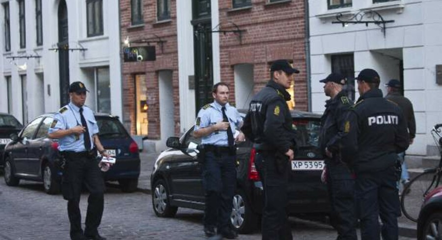 Politiet bekræfter overfor bt.dk, at der er tale om en mand. Manden er blevet såret foran pladebutikken Æter på Jægersborggade. En masse mennesker stimlede sammen om offeret, der modtog behandling på stedet.