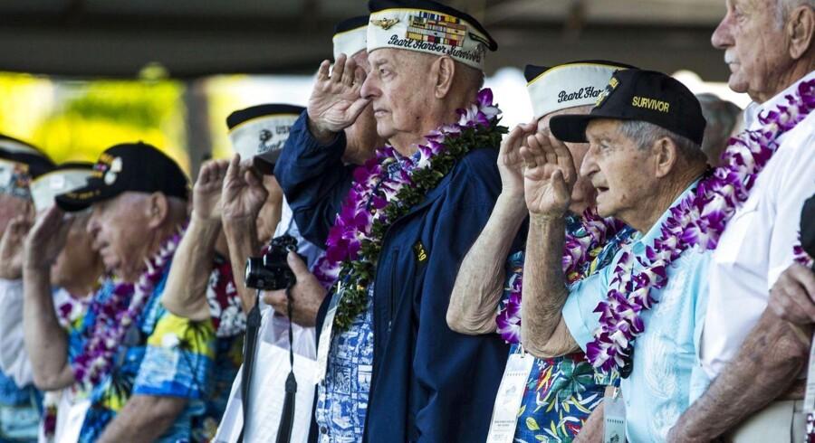 """""""Hver gang vi kommer herover er det som om det var i går"""". Ordene kommer fra den 93-årige Louis A. Conter, der ses i den blå jakke på billedet. Men det som den amerikanske krigsveteran hentyder til, er 73 år siden. Søndag var nemlig 73-årsdagen for det japanske luftangreb på Pearl Harbour, en af hjørnestenene i 2. Verdenskrig. For med angrebet blev USA draget ind i krigen og resten er nu historie.Krigsveteranerne var iført lei, de traditionelle hawaiianske blomsterkranse.Conter er en af de bare ni nulevende krigsveteraner fra slagskibet USS Arizona, som overlevede angrebet, der kostede ialt godt 2300 amerikanere livet. Billedet er fra Pearl Harbour, hvor de tilstedeværende og overlevende krigsveteraner fra Pearl Harbour-angrebet gør honnør iført lei - hawaiianske blomsterkranse."""