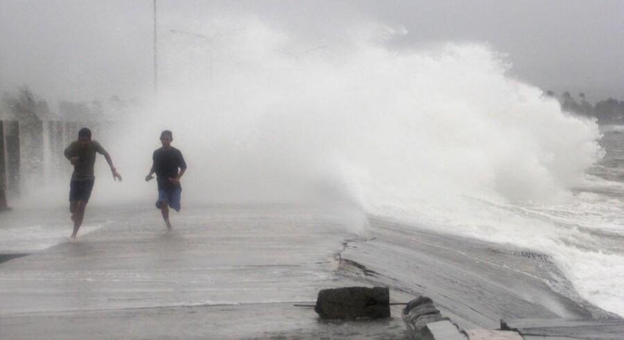 Filippinske indbyggere flygter fra kæmpebølger.