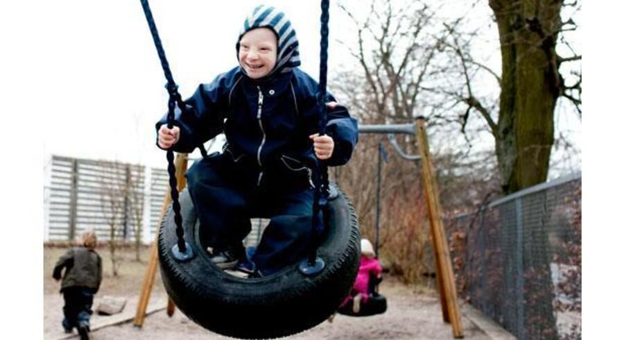 Socialminister Benedikte Kiær vil have flere børn med handicap ud i almindelige institutioner. Børnehuset Lunden er efter ministerens mening et godt eksempel, hvordan det kan fungere. Her er det 5-årige Tobias med Downs syndrom. Foto